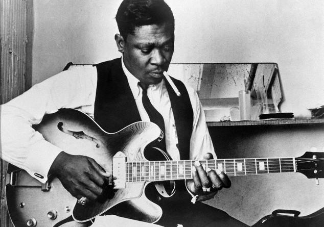 23 Jul 1969 --- Blues singer B.B. King  playing guitar and smoking. --- Image by © Bettmann/CORBIS