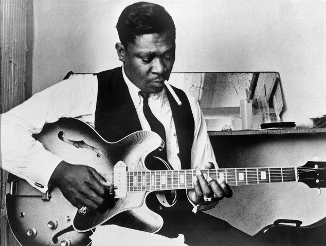 23 Jul 1969 --- Blues singer B.B. King  playing guitar and smoking. --- Image by © Bettmann/CORBIS